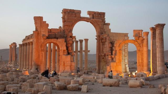 UNESCO potępiło zburzenie łuku triumfalnego w Palmyrze