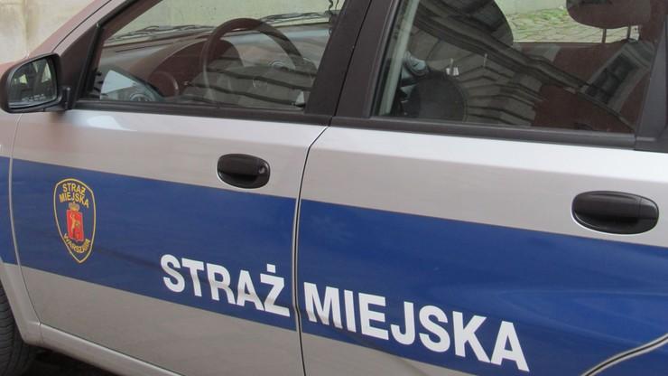 25-latek powiesił się w samochodzie straży miejskiej. Był przewożony do izby wytrzeźwień