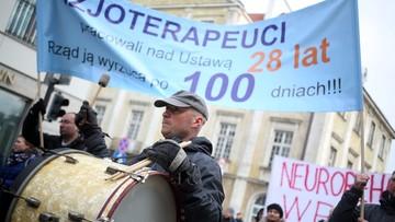 """26-02-2016 16:21 """"Fizjoterapeuci pracowali nad ustawą 28 lat; rząd ją wyrzuca po 100 dniach"""" - rehabilitanci protestowali przed Sejmem"""