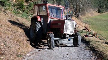 Policyjny pościg za traktorem z glebogryzarką. Dopadli go, gdy urwało się w nim koło