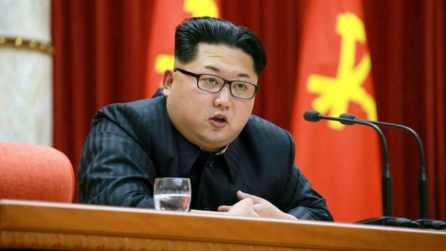 Student z USA przyznał się do przestępstw antypaństwowych w Korei Płn. Wyniósł z hotelu propagandowe hasło
