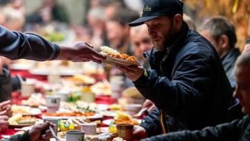 Setki osób na śniadaniach wielkanocnych dla potrzebujących