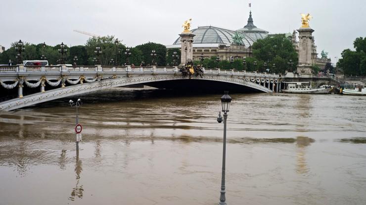 """""""Największa powódź od początku stulecia"""". Żywioł nie oszczędza Paryża"""