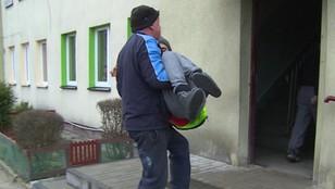 Sąsiedzi żądają zapłaty za pomoc w znoszeniu niepełnosprawnego chłopca po schodach