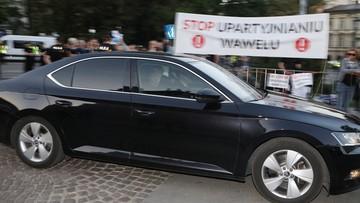 18-05-2017 20:56 Jarosław Kaczyński na Wawelu. Pojawili się przeciwnicy i zwolennicy PiS
