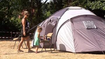 05-08-2017 20:28 Lokatorzy nie chcą opuścić wynajmowanego domu. Właścicielka mieszka w namiocie z dziećmi