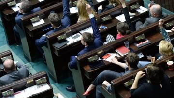 18-04-2016 18:49 Sondaż: PiS straciło, ale wciąż na czele. PO zyskuje
