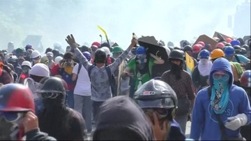 2017-05-28 Koktajlami Mołotowa i kamieniami w policję. Zaostrzają się protesty w Wenezueli, rośnie liczba ofiar
