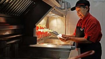 02-05-2016 08:38 Ma 92 lata i nawet nie myśli o emeryturze. Jest najstarszą pracownicą McDonalda