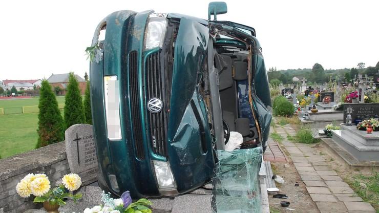 Przebił autem cmentarny parkan i wylądował na nagrobkach. Wypadek ukraińskiego kierowcy
