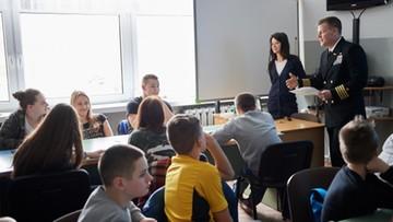 Amerykańscy żołnierze nauczycielami w Redzikowie. Sami też zasiedli w szkolnych ławkach