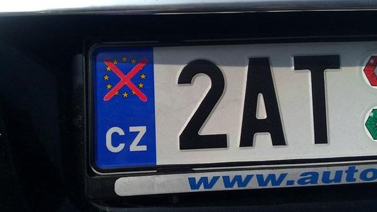 Czescy kierowcy przekreślają symbol UE na tablicach rejestracyjnych