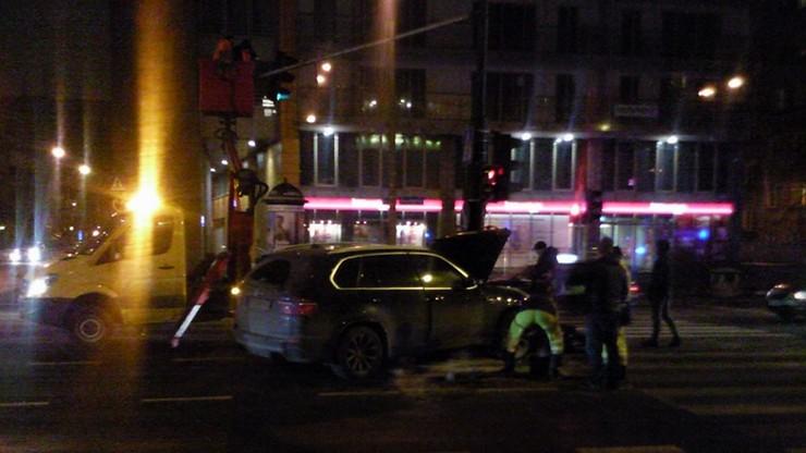 Wieczorny wypadek w stolicy. Uderzenie w latarnię i pożar