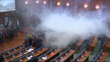 Kosowo: rząd walczy z gazem łzawiącym w parlamencie