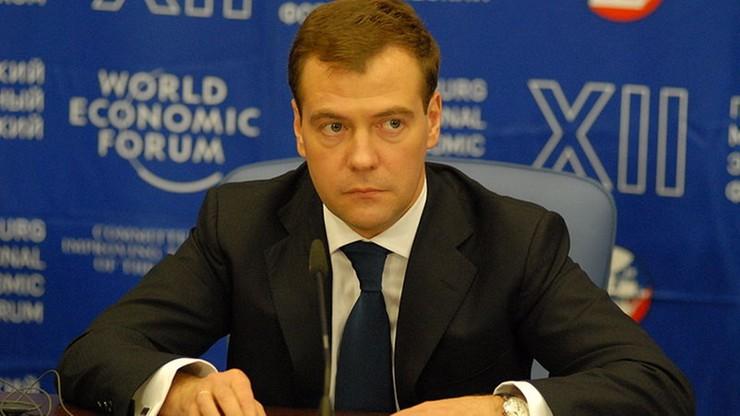 """""""Nie należy mieć złudzeń co do szybkiego zniesienia sankcji"""". Premier Rosji na zjeździe partii"""