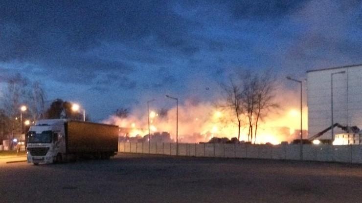 2017-12-14 Pożar w fabryce papieru w Oławie. Płonęły sterty makulatury