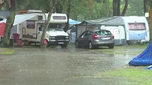 Wodny świat na campingach. Wczasowicze walczą z obfitymi opadami deszczu