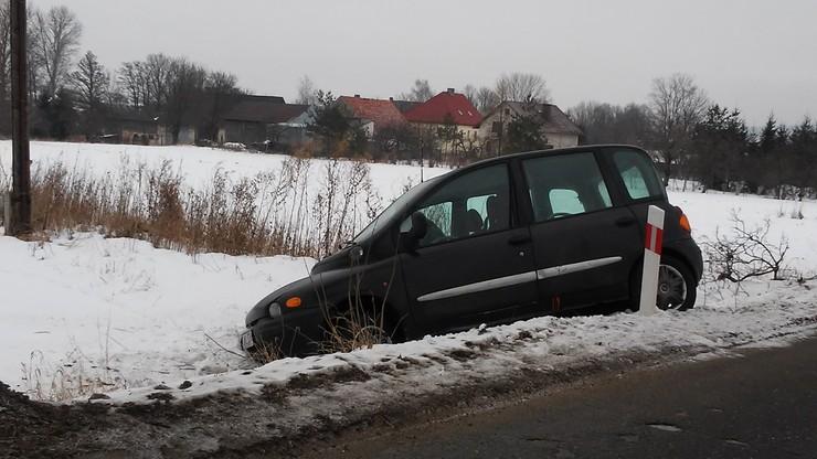 2017-01-25 Auto w rowie w Starej Łomnicy