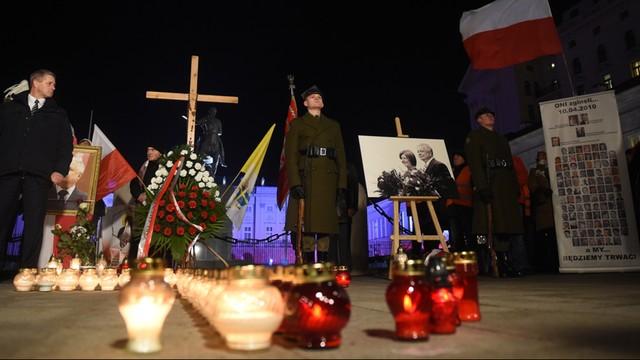 Jest wojskowa asysta, będzie tablica w miejscu krzyża - miesięcznica smoleńska w nowym wydaniu