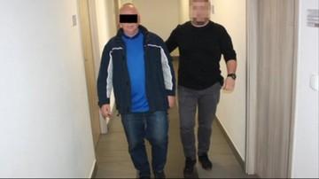 Zamiatał chodnik. Zaczaił się na portfel, który wypadł kierowcy. W środku ponad 1500 euro