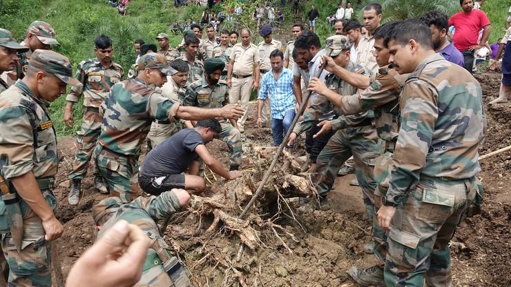 Tragedia w północnych Indiach. Osuwająca się ziemia zasypała dwa autobusy. Nie żyje co najmniej 46 osób