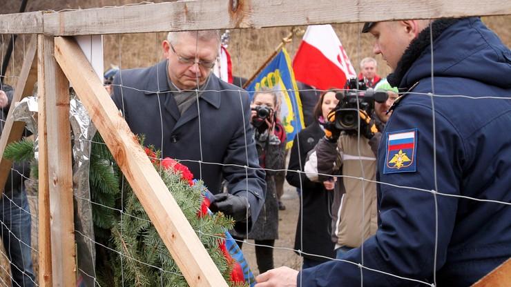Polskie władze rozbierają pomnik. Rosjanie składają pod nim kwiaty
