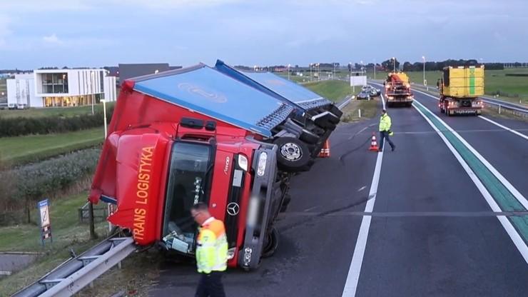 Porywisty wiatr przewrócił polską ciężarówkę w Holandii