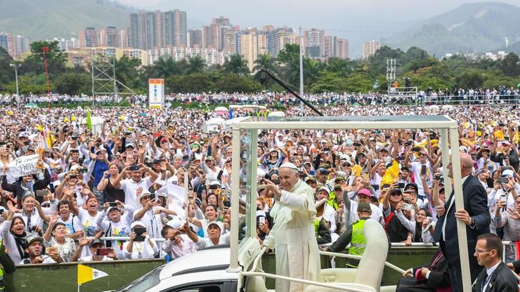 """""""Kościół nie jest nasz, jest Boga"""". 800 tys. wiernych na papieskiej mszy w Medellin"""