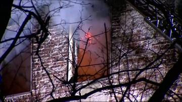 Ofiara śmiertelna pożaru kamienicy w Warszawie, pięcioro poszkodowanych