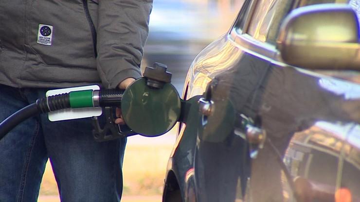 Podwyżka opłaty paliwowej o 10 groszy na litrze. Premier zaprzecza