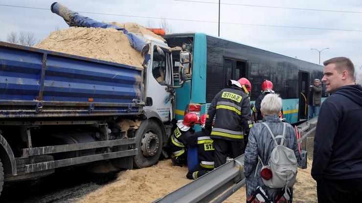 Wywrotka z piaskiem uderzyła w autobus miejski. Są ranni