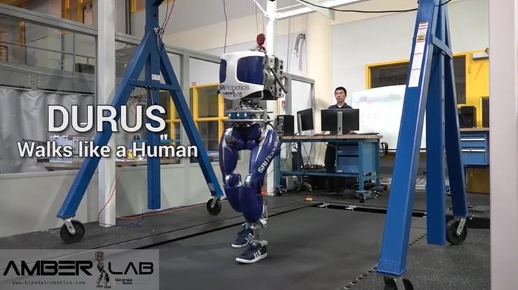 """Ten robot porusza się jak człowiek. """"Kręci"""" biodrami"""