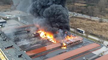 """Pożar hali produkcyjnej w Świebodzicach. """"Dach spłonął i zawalił się do środka"""""""