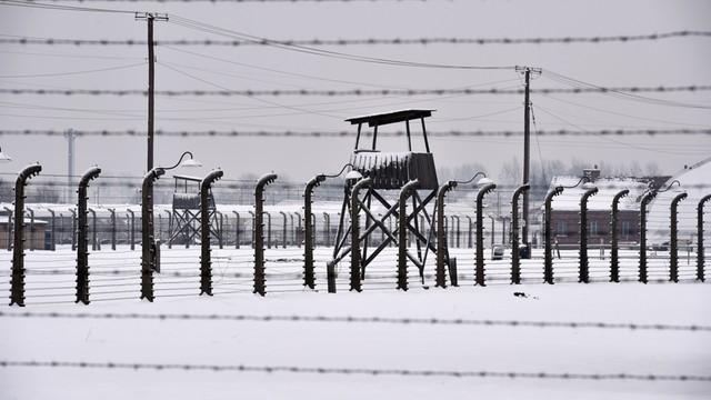 Nastoletni turyści z Portugalii odpowiedzą za niszczenie Muzeum Auschwitz