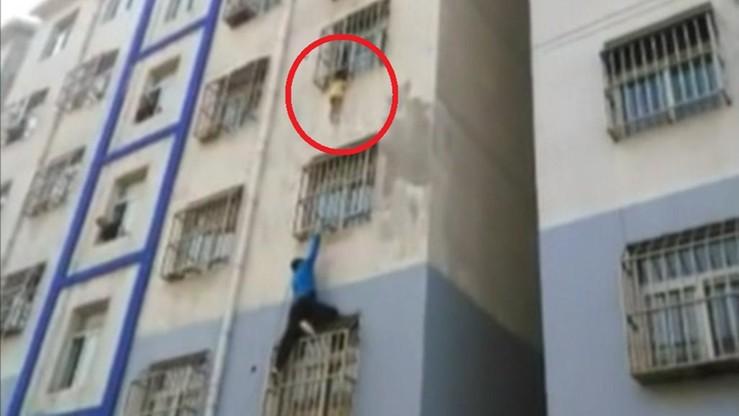Dwulatek zwisał z okna. Dramatyczna akcja ratunkowa w Chinach