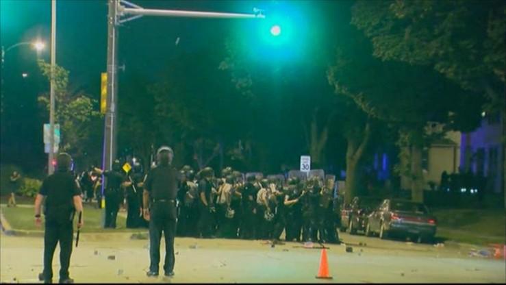 Nocne starcia w Milwaukee. 7 policjantów rannych