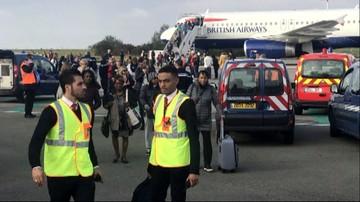 Ewakuacja pasażerów samolotu na lotnisku w Paryżu. Ze względów bezpieczeństwa