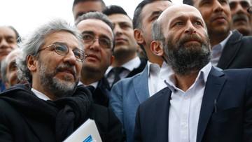 """25-03-2016 13:37 """"Parodia sprawiedliwości"""". Ruszył proces dziennikarzy, którzy ujawnili, że Turcja wysyłała broń do Syrii"""