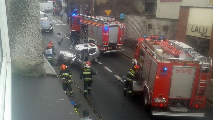 2017-11-23 Wypadek w Mikołowie. Cinquecento na latarni