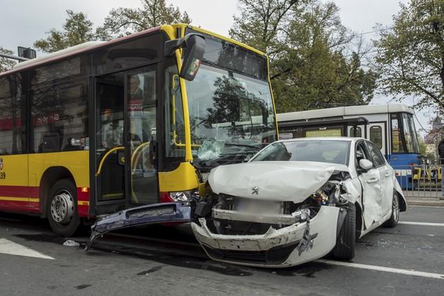 Autobus staranował 9 aut we Wrocławiu