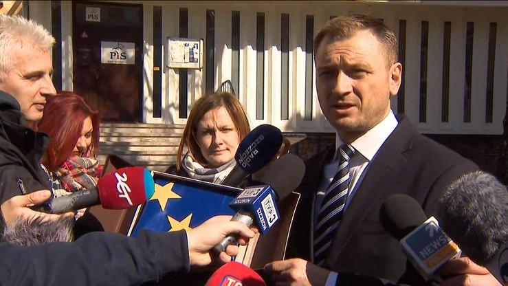 """Nitras przekazał flagę UE do biura PiS. """"To, co zrobimy z flagą będzie zależało od naszych władz"""""""