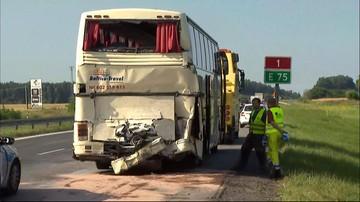 12-07-2017 06:59 Tir uderzył w tył autokaru przewożącego dzieci. Wypadek w Wikłowie