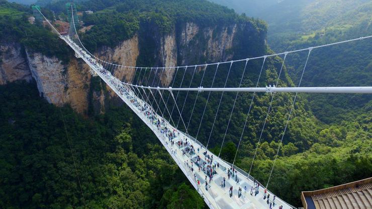 Po taflach szkła nad przepaścią. Najdłuższy szklany most na świecie otwarto w Chinach