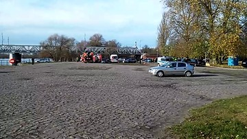 2017-11-23 Samochód wjechał do wezbranej Warty w Kostrzynie. W środku dwie osoby