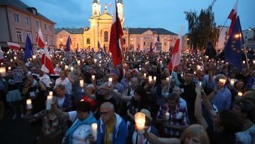 """Protestujący nadal apelują do prezydenta o zawetowanie ustaw. """"Łańcuchy światła"""" zapłonęły o 21:00"""