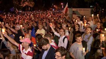"""20-07-2017 22:36 """"Morze"""" zniczy przed Sejmem. Manifestacja przeciw reformie sądownictwa"""