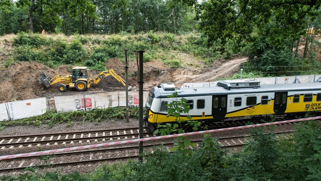 """Poszukiwacze """"złotego pociągu"""" kontynuują przekop nasypu kolejowego"""