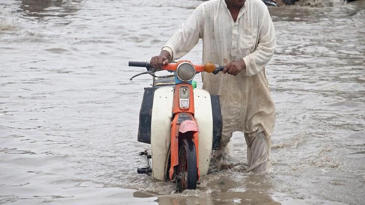11 zabitych, w tym czworo dzieci, po ulewnych deszczach w Pakistanie