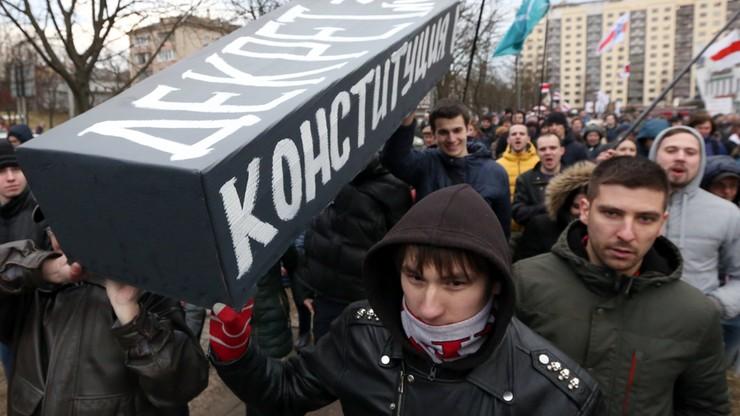 Białorusini przeciw dekretowi Łukaszenki. Protesty i kolejne zatrzymania