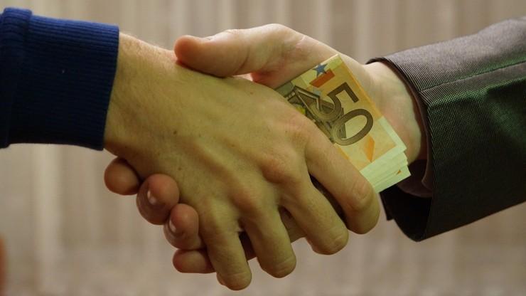 CBOS: 6 proc. Polaków przyznaje, że w ostatnich latach wręczało łapówkę